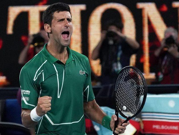 Postup! Novak Djokovič ze Srbska se raduje po výhře nad Rogerem Federerem ze Švýcarska.