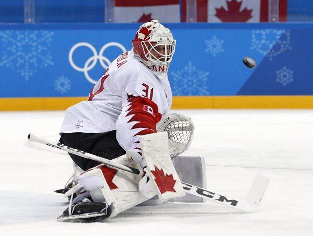 Kanadský gólman Kevin Poulin zasahuje proti českým střelcům.
