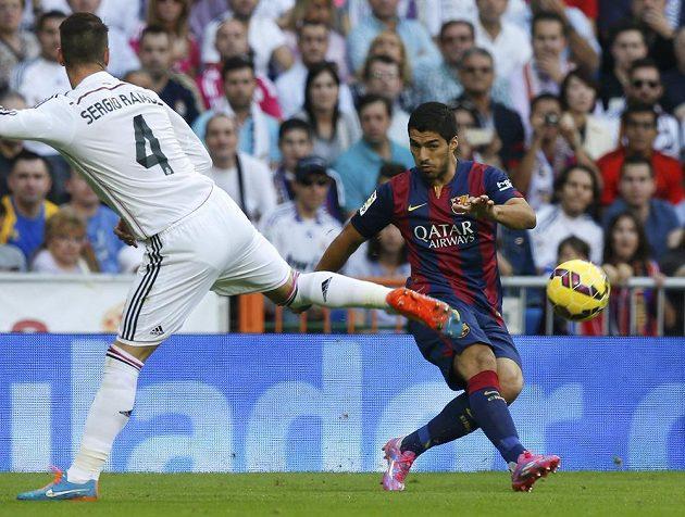 Ani Luis Suárez (vpravo) porážce Barcelony v El Clásiku nezabránil.