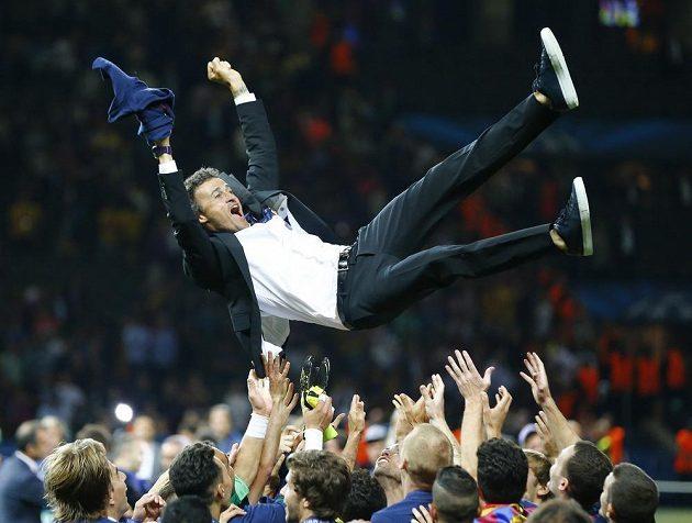 Trenér Barcelony Luis Enrique nad hlavami svých svěřenců, kteří ve finále Ligy mistrů porazili Juventus 3:1.