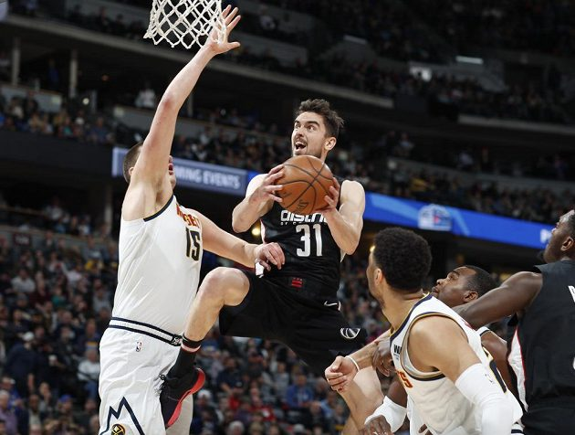 Hurá ke koši. Basketbalista Tomáš Satoranský se dere v dresu Washingtonu Wizards do útoku v utkání NBA s Denverem Nuggets.