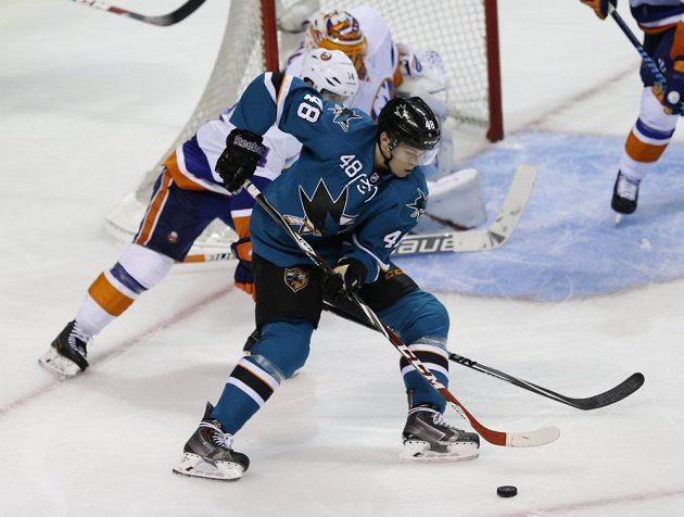 Útočník San Jose Tomáš Hertl operuje s pukem před brankou NY Islanders.