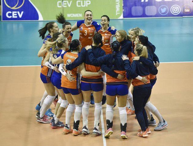 Hráčky Olomouce se radují z vítězství, postoupily do čtvrtfinále Poháru CEV.