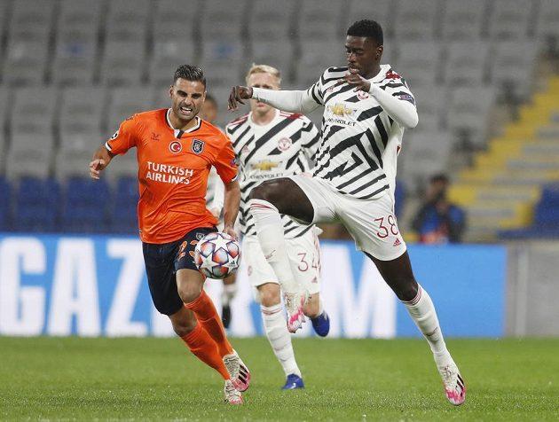 V akci Axel Tuanzebe (vpravo) z Manchesteru United a Deniz Turuc z Basaksehiru.