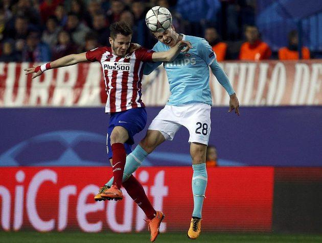 Záložník PSV Marco van Ginkel (vpravo) v souboji se Saúlem Niguezem z Atlétika Madrid.