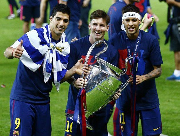 Zleva Luis Suárez, Lionel Messi a Neymar slaví vítězství Barcelony v Lize mistrů.