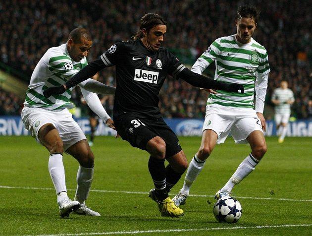 Alessandra Matriho z Juventusu (upřostřed) brání hráči Celtiku Kevin Wilson (vlevo) a Mikael Lustig.