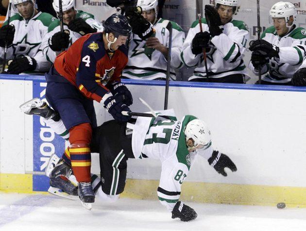 Útočník Dallasu Aleš Hemský (vpravo) padá k ledu po souboji s obráncem Floridy Dylanem Olsenem.