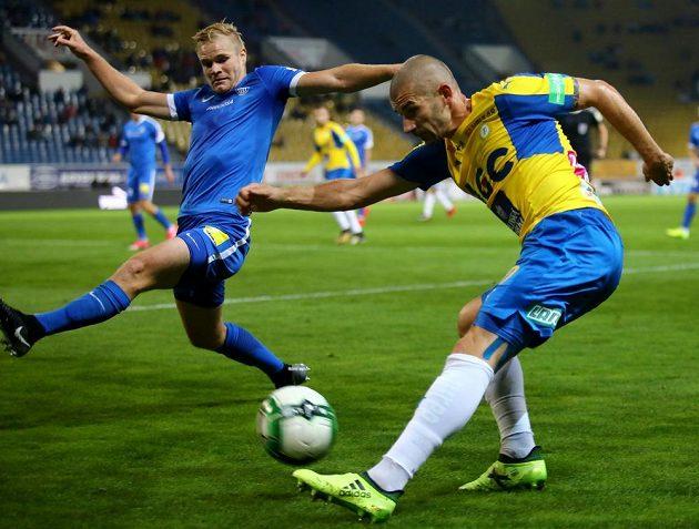Liberecký Jan Mikula (vlevo) se snaží zblokovat míč centrujícího Jana Rezka z Teplic.