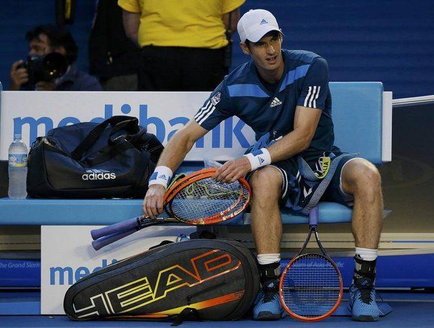 Tak kterou raketu vybrat, která bude ta pravá? jako by si říkal Andy Murray ve čtvrtfinálovém utkání s Rogerem Federerem.