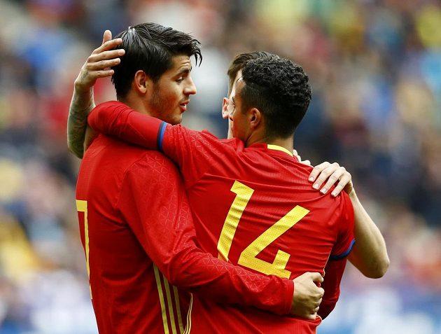 Španělé Álvaro Morata (vlevo) a Thiago Alcantara se radují z gólu proti Koreji.