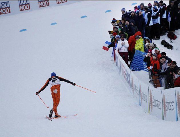 Nechtěná akrobacie Adriana Solana během sprintu na MS.