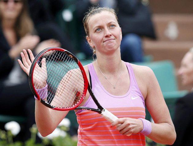 Petra Kvitová děkuje fanouškům po výhře nad Silvií Solerovou Espinosovou.