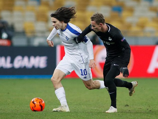 Fotbalista Dynama Kyjev Mykola Šaparenko v souboji s jabloneckým Janem Chramostou během utkání Evropské ligy.