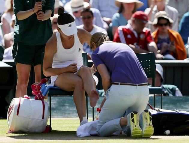Rumunka Simona Halepová si musela v semifinále Wimbledonu nechat ošetřit kotník.