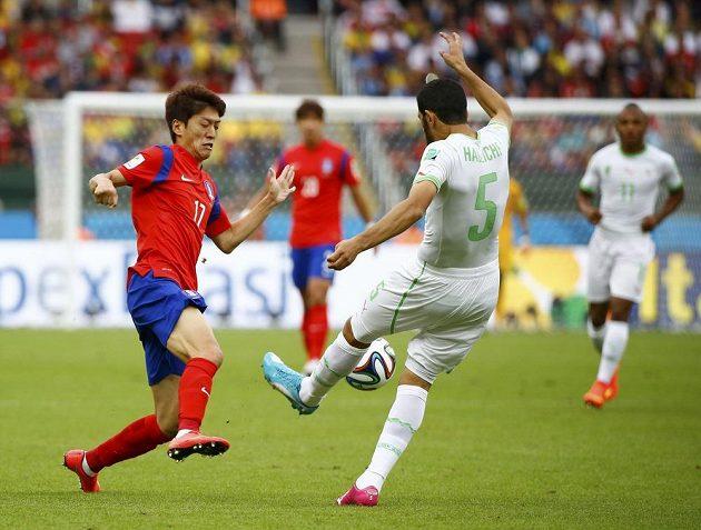 Alžírský obránce Rafík Hallíš (č. 5) odkopává míč před korejským záložníkem I Čong-jongem (vlevo).
