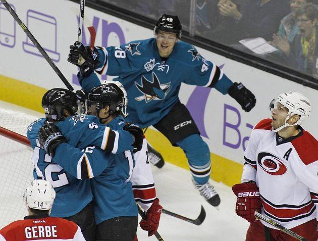 Hokejisté San Jose Sharks se radují z branky Joela Warda (42). Ke spoluhráčům přijíždí i český forvard Tomáš Hertl (48).