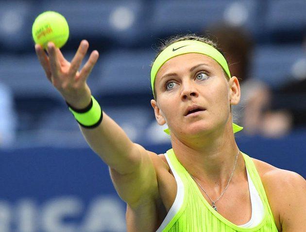 Lucie Šafářová ve 2. kole US Open podává proti Simoně Halepové z Rumunska.