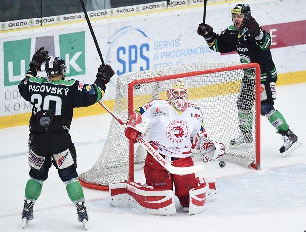 Brankář Třince Šimon Hrubec pouští gól. Vlevo je útočník Boleslavi Dominik Pacovský, vpravo útočník David Výborný.