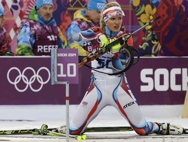 Gabriela Soukalová na střelnici při vytrvalostním závodě, v němž skončila čtvrtá.