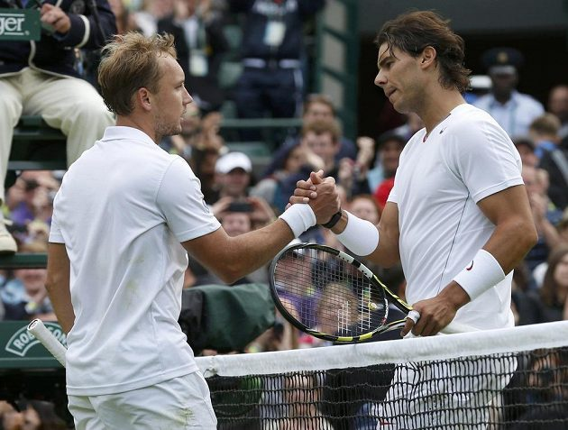 Gratulace k postupu. Steve Darcis (vlevo) a zklamaný Rafael Nadal.