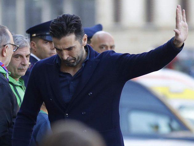 Gólman Juventusu Gianluigi Buffon přijíždí na pohřeb Davida Astoriho ve Florencii.