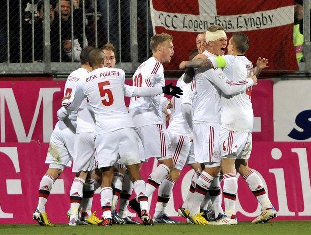 Fotbalisté Dánska se radují z branky v utkání proti České republice.