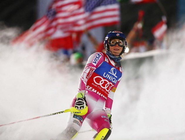 Americká lyžařka Mikaela Shiffrinová slaví vítězství ve slalomu SP v Semmeringu.