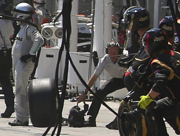 Kameraman Paul Allen (není na snímku) takové štěstí jako kolega neměl. K letící pneumatice byl zády a dostal přímý zásah.