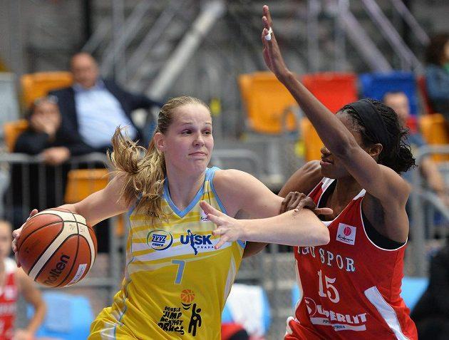 Alena Hanušová (vlevo) z USK a Lara Sandersová z Kayserisporu.