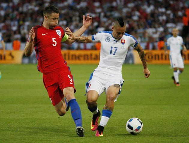 Anglický zadák Gary Cahill (vlevo) střeží tvůrce hry slovenského mužstva Marka Hamšíka.