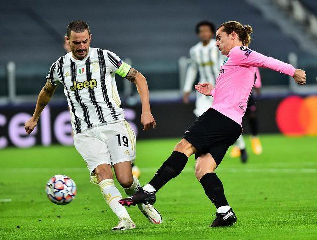 Barcelonský Antoine Griezmann (vpravo) se snaží probít k brance Juventusu