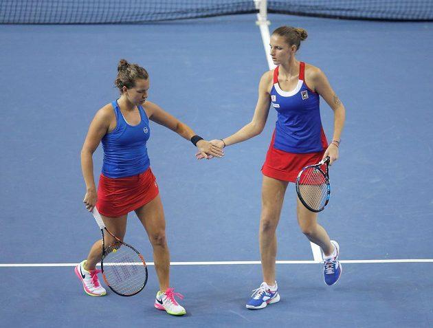 České tenistky Karolína Plíšková (vpravo) a Barbora Strýcová v rozhodující čtyřhře fedcupového finále.