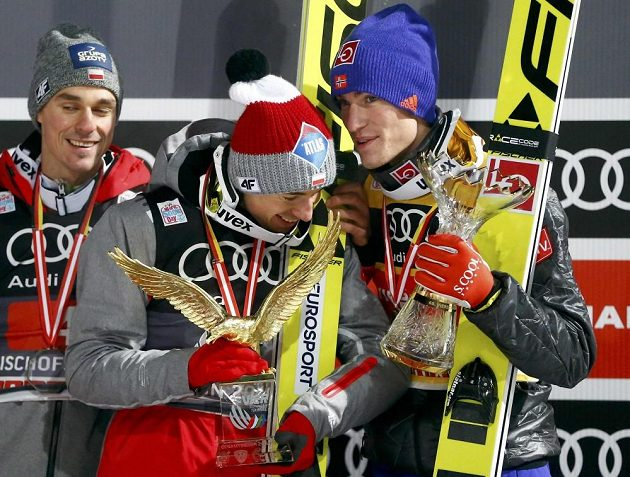Třei nejlepší z letošního Turné čtyř můstků. Zleva druhý Polák Piotr Žyla, vítěz Kamil Stoch a třetí DanielAndré Tande z Norska.