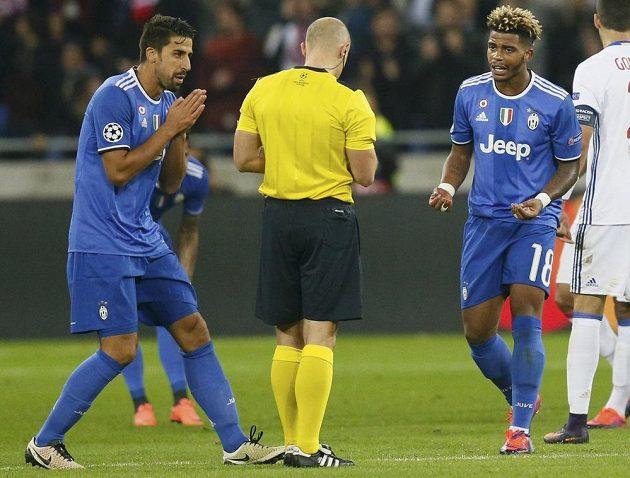 Rozhodčí Szymon Marciniak vylučuje záložníka Juventusu Maria Leminu (vpravo) v zápase Ligy mistrů s Lyonem.
