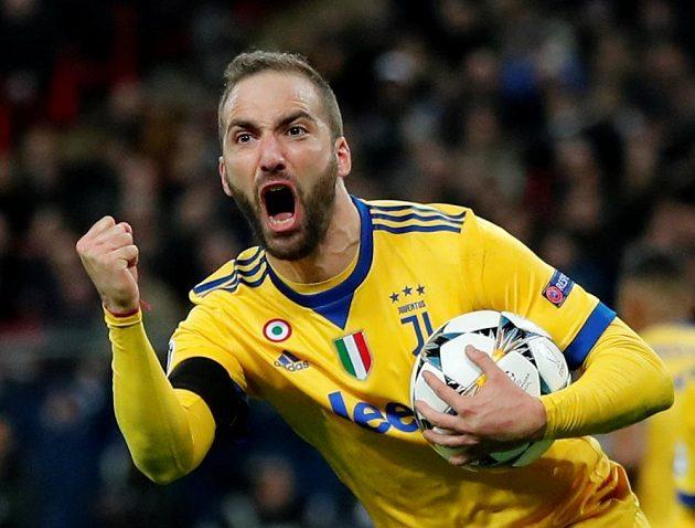 Gonzalo Higuaín z Juventusu se raduje z gólu v odvetě osmifinále Ligy mistrů s Tottenhamem.