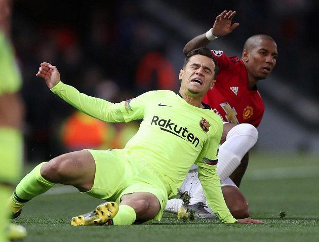 Barcelonský Philippe Coutinho (vlevo) a Ashley Young z Manchesteru United.