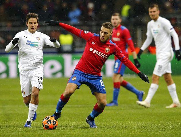 Fotbalista CSKA Moskva Nikola Vlašič se snaží odehrát míč před plzeňským Alešem Čermákem v utkání Ligy mistrů.