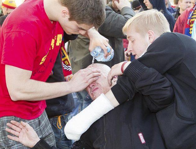Fanoušci Sparty vymývají kamarádovi oči po zásahu pepřovým sprejem před začátkem duelu Ostrava - Sparta.
