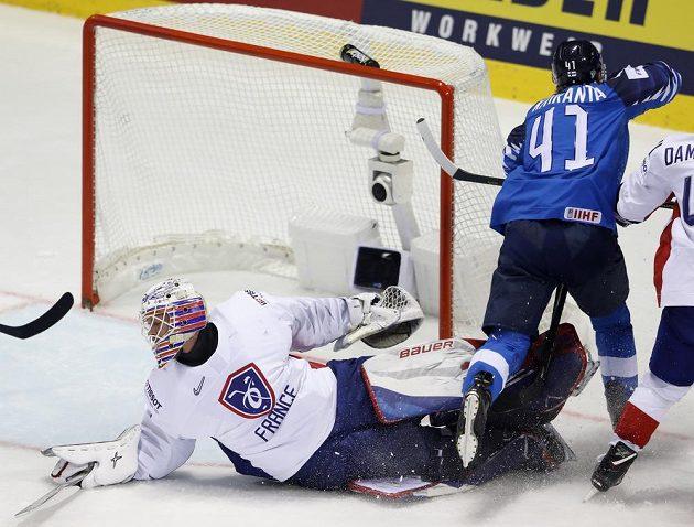 Fin Joel Kiviranta otevírá skóre v utkání s Francií.
