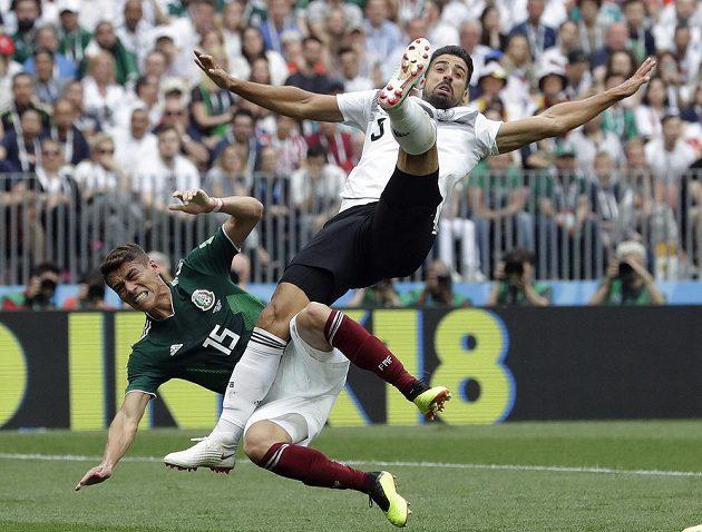 Mexičan Hector Moreno (vlevo) v souboji se Samim Khedirou z Německa.