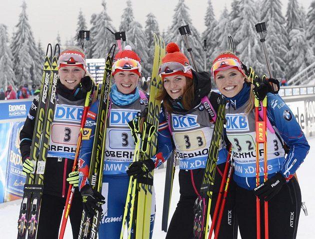 Vítězné kvarteto českých biatlonistek v Oberhofu: (zleva) Eva Puskarčíková, Veronika Vítková, Jitka Landová a Gabriela Soukalová.