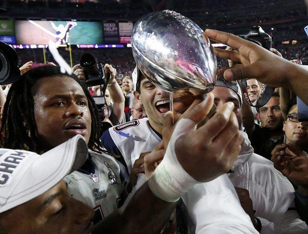 Šampióni z New England Patriots s trofejí Vince Lombardiho.
