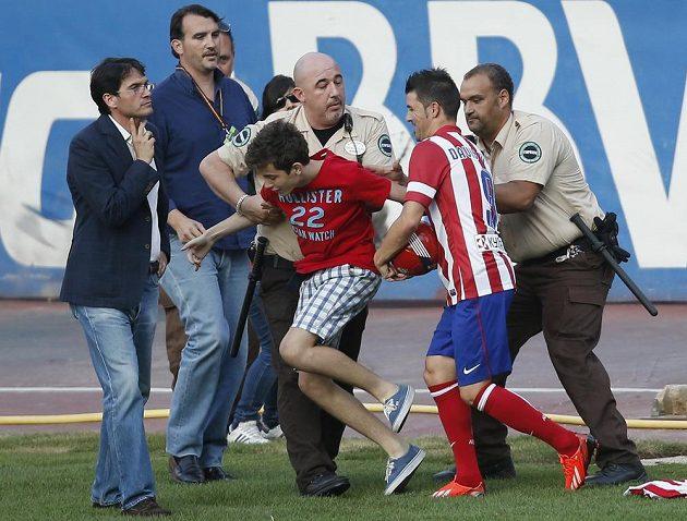 Ochranka zadržela mladého fanouška, který se snažil dostat k Davidu Villovi, který se představil příznivcům Atlétika v rámci mediální prezentace na stadiónu Vicente Calderóna v Madridu.