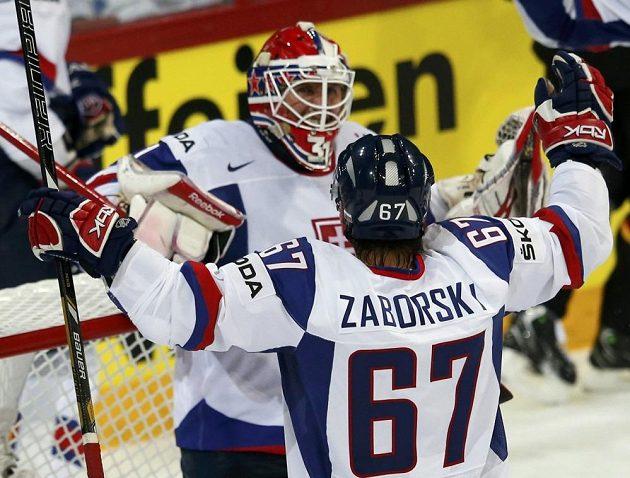 Slovenský útočník Tomáš Záborský se raduje s brankářem Rastislavem Staňou (vlevo) z vítězství nad Německem.
