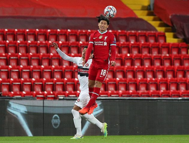 Fotbalista Liverpoolu Takumi Minamino hlavičkuje míč v utkání Ligy mistrů.