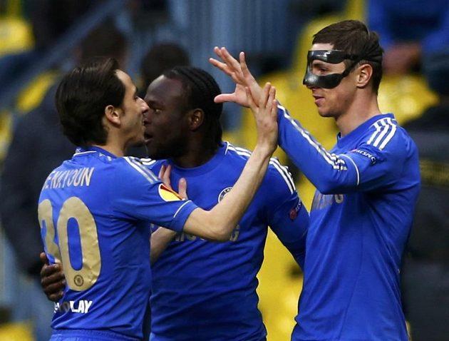Útočník Chelsea Fernando Torres se raduje se spoluhráči Victorem Mosesem a Yossim Benayounem z gólu proti Kazani.