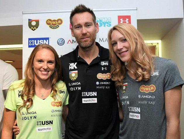 Kristýna Hoidarová Kolocová (vlevo) a Michala Kvapilová s trenérem Andreou Tomatisem.