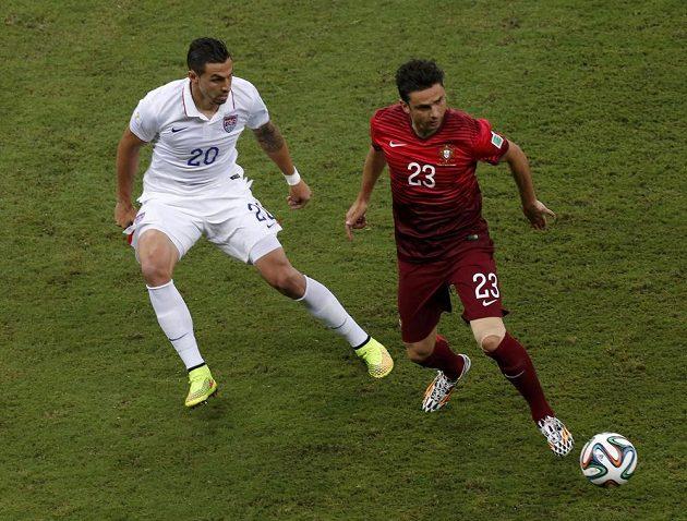 Americký stoper Geoff Cameron (vlevo) se snaží zastavit portugalského útočníka Héldera Postigu.