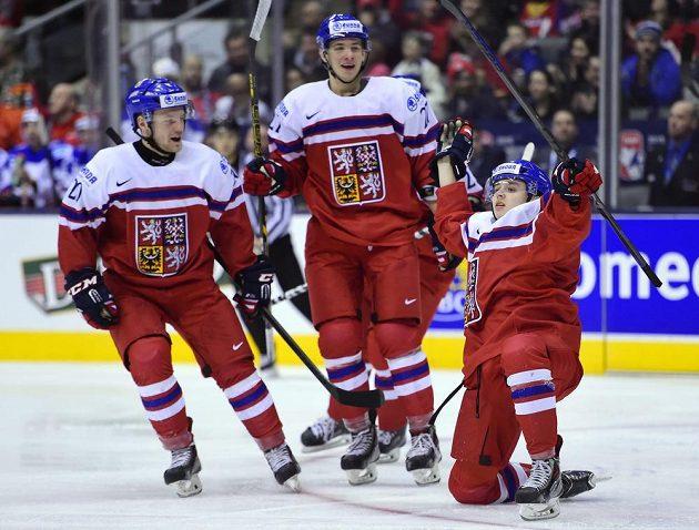 Patrik Zdráhal (vpravo) se raduje z gólu proti Rusku se spoluhráči Dominikem Mašínem (uprostřed) a Janem Štenclem.